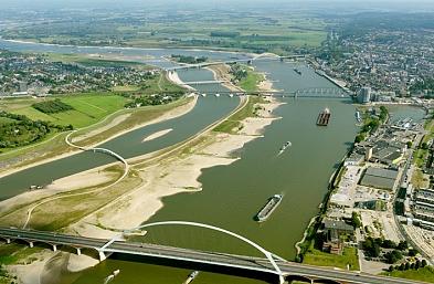 Recente foto waarop het rivierpark, brug de oversteek en ontwikkelingen op de zuidoever zichtbaar zijn.