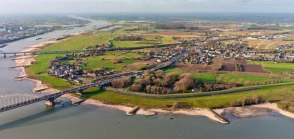 Luchtfoto van de Waalbocht voordat het project Ruimte voor de Waal is gerealiseerd