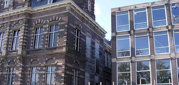 Raadhuis met aanbouw (jaren '70); de aansluiting is al gesloopt, de zijgevel is zwaar gehavend