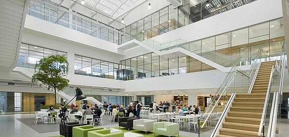 Het lichte opengewerkte atrium met het restaurant op de nieuwe tussenverdieping.