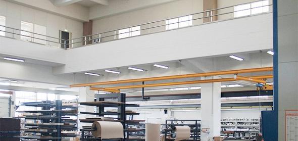 De Timmerfabriek in gebruik als staalmagazijn met dichtgezet atrium en het kenmerkende glazen bouwstenen dak