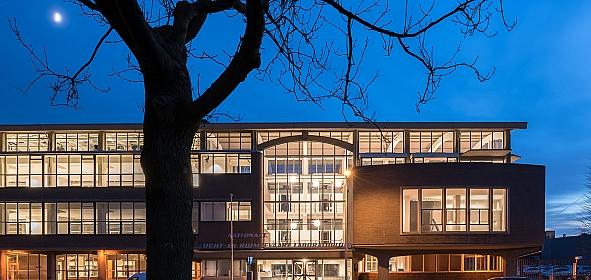 Het monumentale hoofdgebouw is na renovatie weer zo transparant als Maaskant het bedacht heeft.