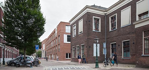 Zicht op gerenoveerd rijksmonument en nieuwe bebouwing vanaf Langebrug / © Mecanoo architecten