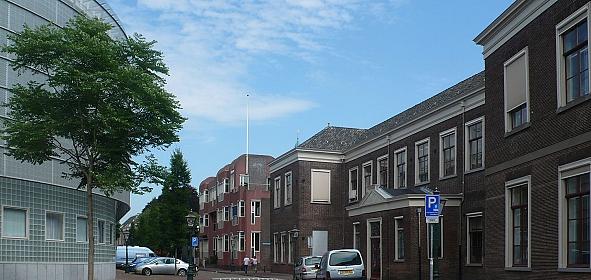 Zicht op voormalig kantoorgebouw Gemeentelijke Dienst vanaf Langebrug in 2009