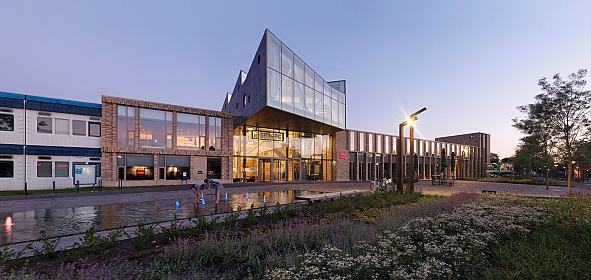 Fase 1 (cultuur) is gerealiseerd en links het bestaande gemeentehuis.