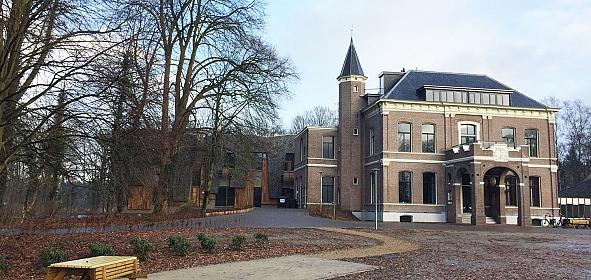 De gevelrestauratie en de klassieke kleuren hebben het uiterlijk van het landhuis zichtbaar goed gedaan