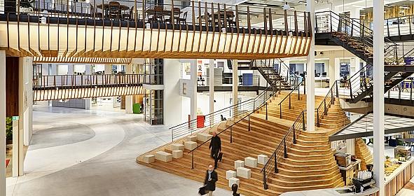 Het nieuwe atrium, geschikt om te werken, toegankelijk voor omgeving
