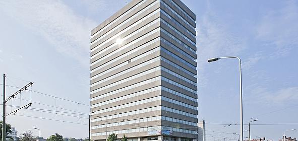 Het voormalige kantoorgebouw Thorbecketoren met horizontale belijning van stroken gewassen grindbeton