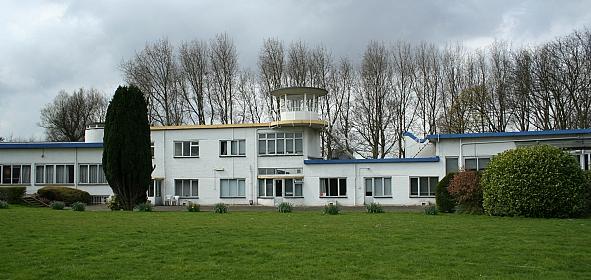Stationsgebouw voor restauratie met aluminium kozijnen en blauwe stalen dakranden
