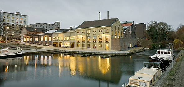 De elektriciteitscentrale, met zijn kenmerkende silhouet van kappen, weer in oorspronkelijke kleuren hersteld