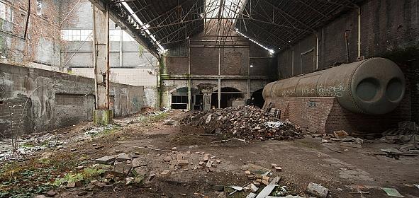 De ketelhuizen van de centrale, met zijn verfijnde staalconstructies, in ruïneuze staat