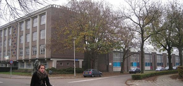 Bestaande bouw 2011 vanaf de Ring: hoogbouw voor theorieonderwijs en de hallen voor praktijkonderwijs