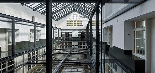Nieuwe situatie lichthof met glazen brug over de kap van de monumentale ontvangsthal.