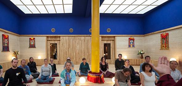 Het spirituele karakter van de meditatieruimte wordt subtiel benadrukt door de drie horizonnen