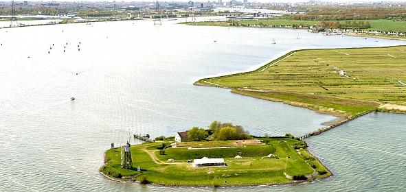 Het eiland ligt aan de monding van het IJ, onderdeel van de Stelling van Amsterdam.