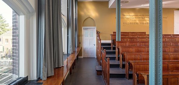 De gerenoveerde collegezaal in volle glorie waarbij de oorspronkelijke entree hersteld is. (foto: Stijn Poelstra)