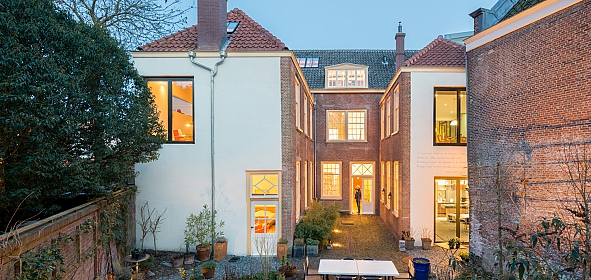 Alle appartementen en de gemeenschappelijke huiskamer staan in contact met de sfeervolle gedeelde binnentuin