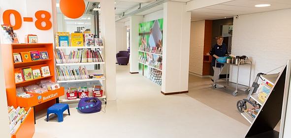 De mensen wonen in de dorpsbibliotheek