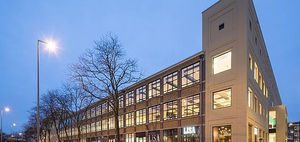 Het bestaande gebouw is aan twee zijden uitgebreid. De bestaande gevel is duurzaam gerenoveerd.