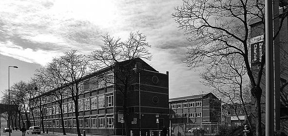 Foto voordat het deelgemeentekantoor getransformeerd werd naar Zwemcentrum Rotterdam. Rechts het inmiddels gesloten Zwembad Charlois.